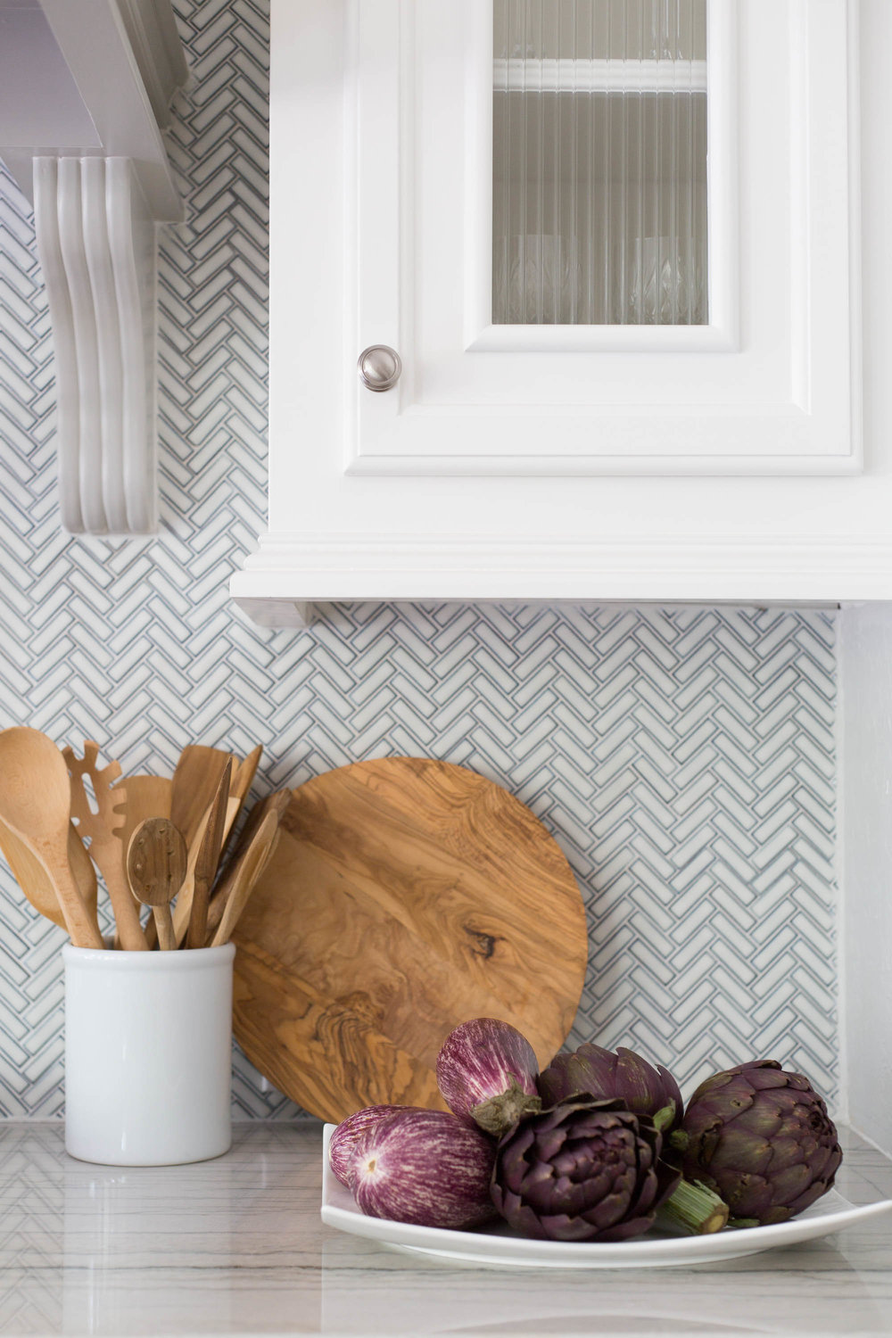 Kitchen Styling with herringbone backpslash -  Carla Aston, Photographer: Tori Aston #kitchenstyling