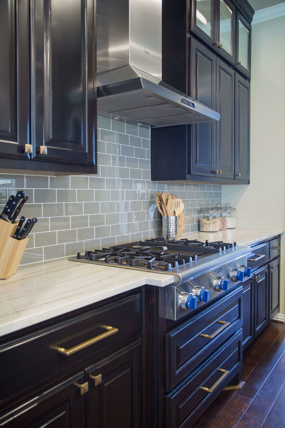 Macabus White quartzite countertops with solid color glass tile backsplash | Designer: Carla Aston, Photographer: Tori Aston #macabuswhite #quartzitecountertops #glasstile