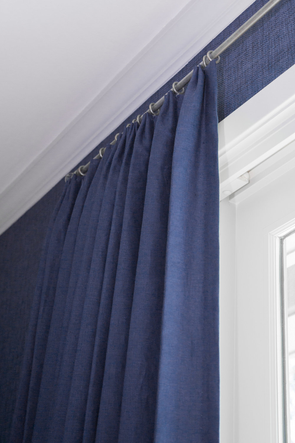 Drapery details with navy grasscloth | Designer: Carla Aston, Photographer: Tori Aston #drapery #windowtreatment