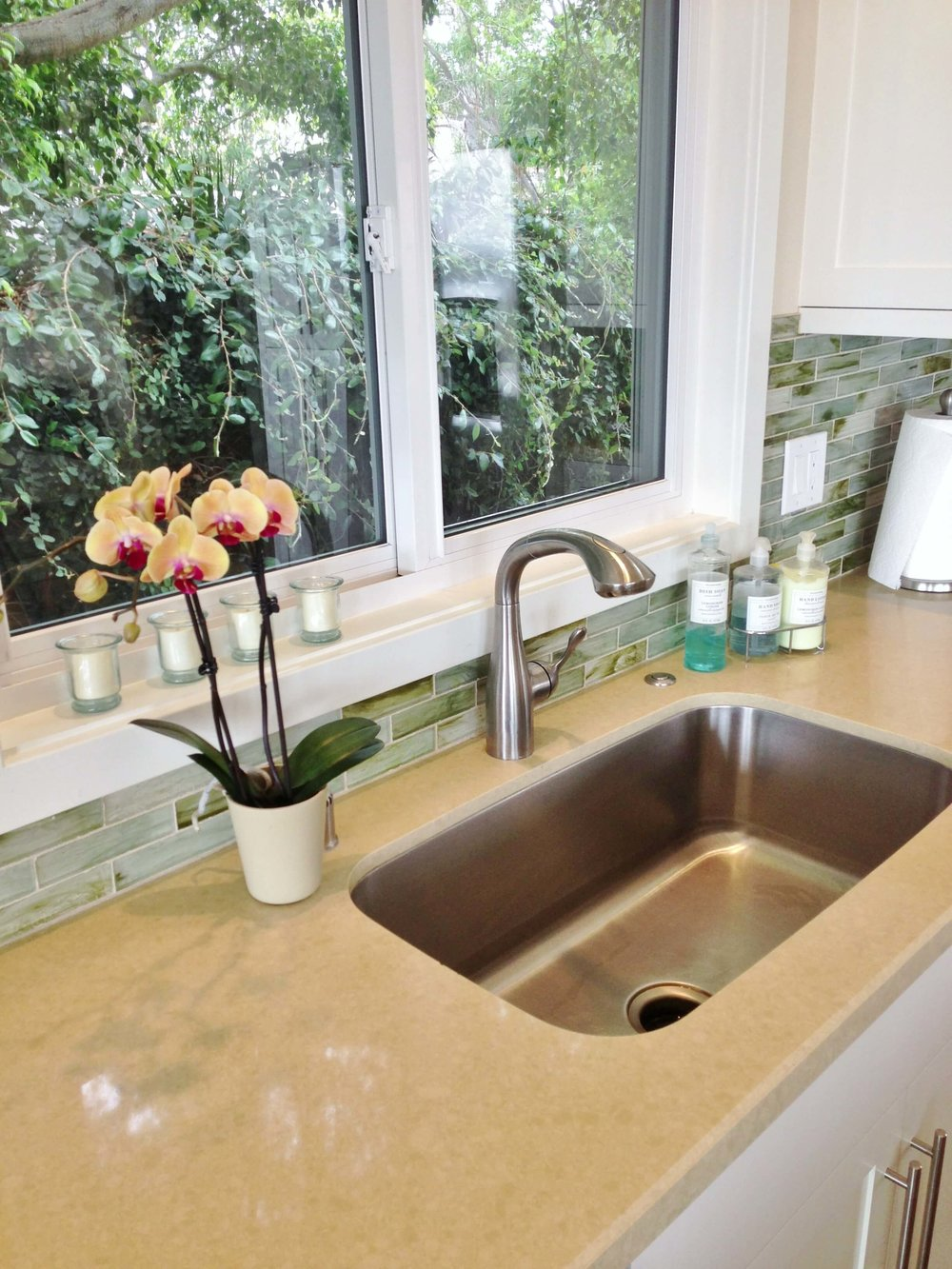 Single bowl stainless steel kitchen sink, plumbing fixtures: Hansgrohe, Toto - Ventura California rental house review tour