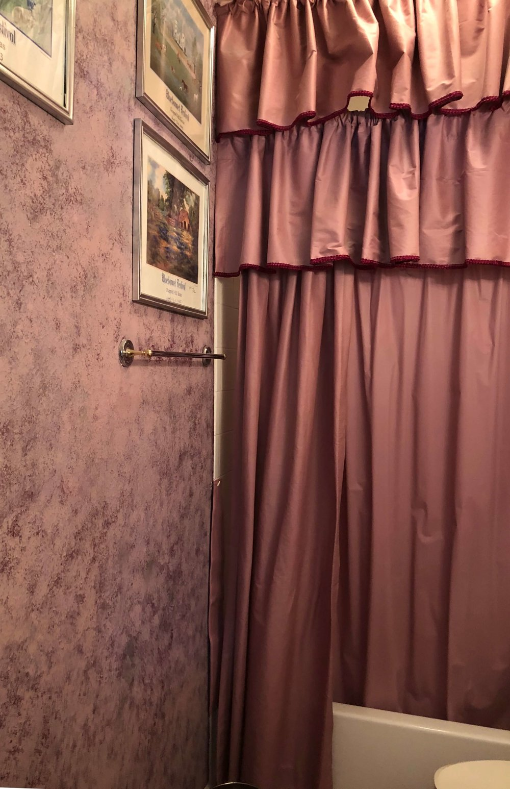 Before - The mauve shower curtain was removed in this house and the sponge painted mauve walls were painted over and neutralized for resale. #stagedtosell #homestaging #sellingahouse #stagingtosell #stagingideas