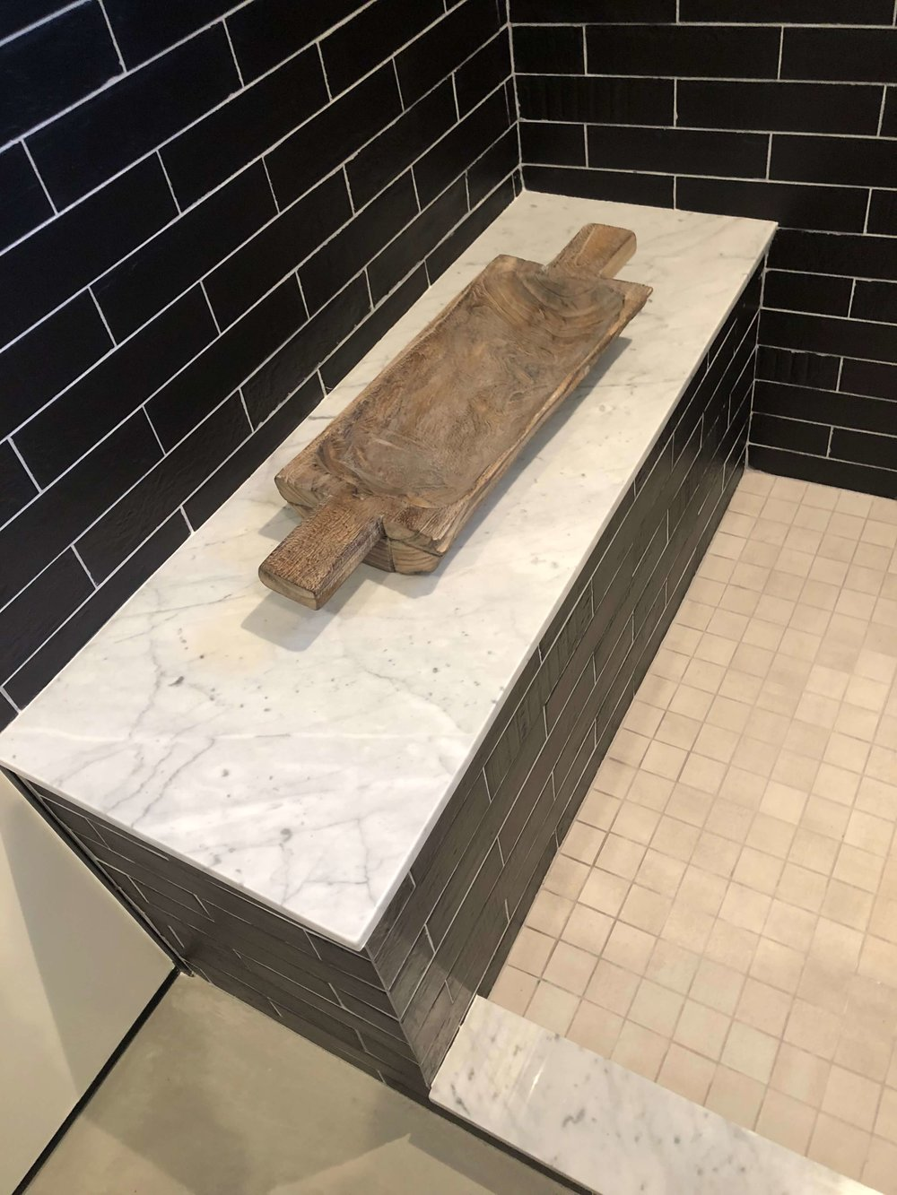 Shower bench in California contemporary home, Dwell on Design's Fall Home Tour, Designer: Vitus Matare #showerbench #blacktile #bathroomdesignideas