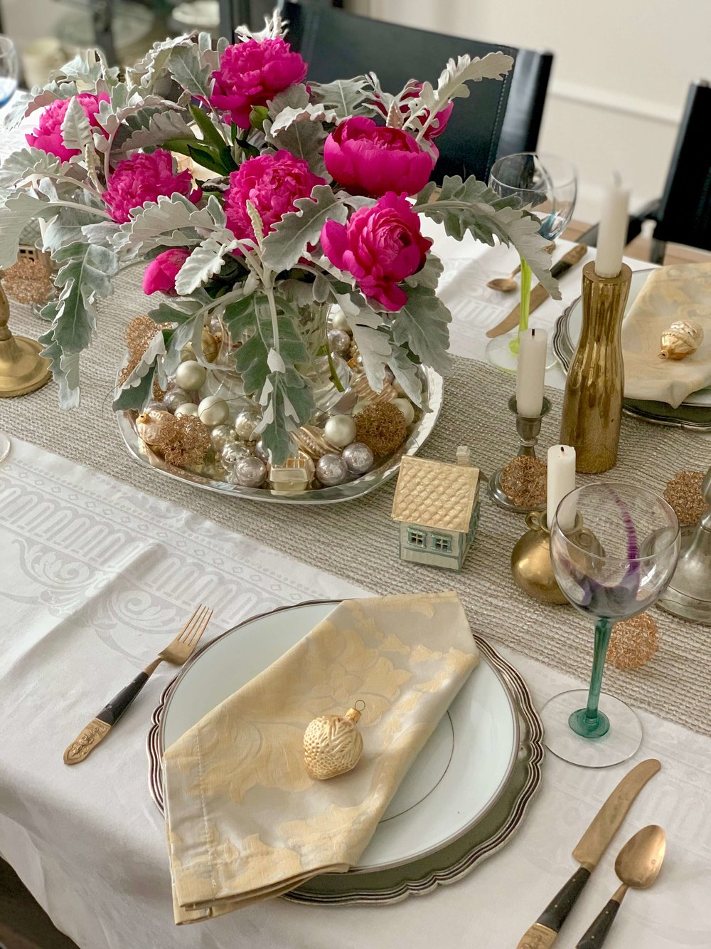 Christmas home tour dining room tabletop | Carla Aston, Designer | #Christmastabletop #Christmashometour #holidayhometour #tablesetting