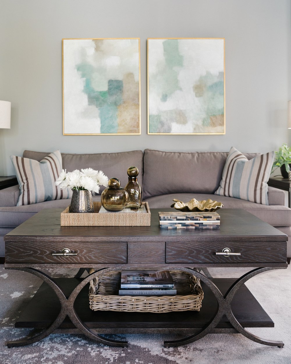 Project Reveal - Family room, backyard oasis, breakfast room | Carla Aston, Designer | Colleen Scott, Photographer | #familyroom #familyroomideas #coffeetablestyling