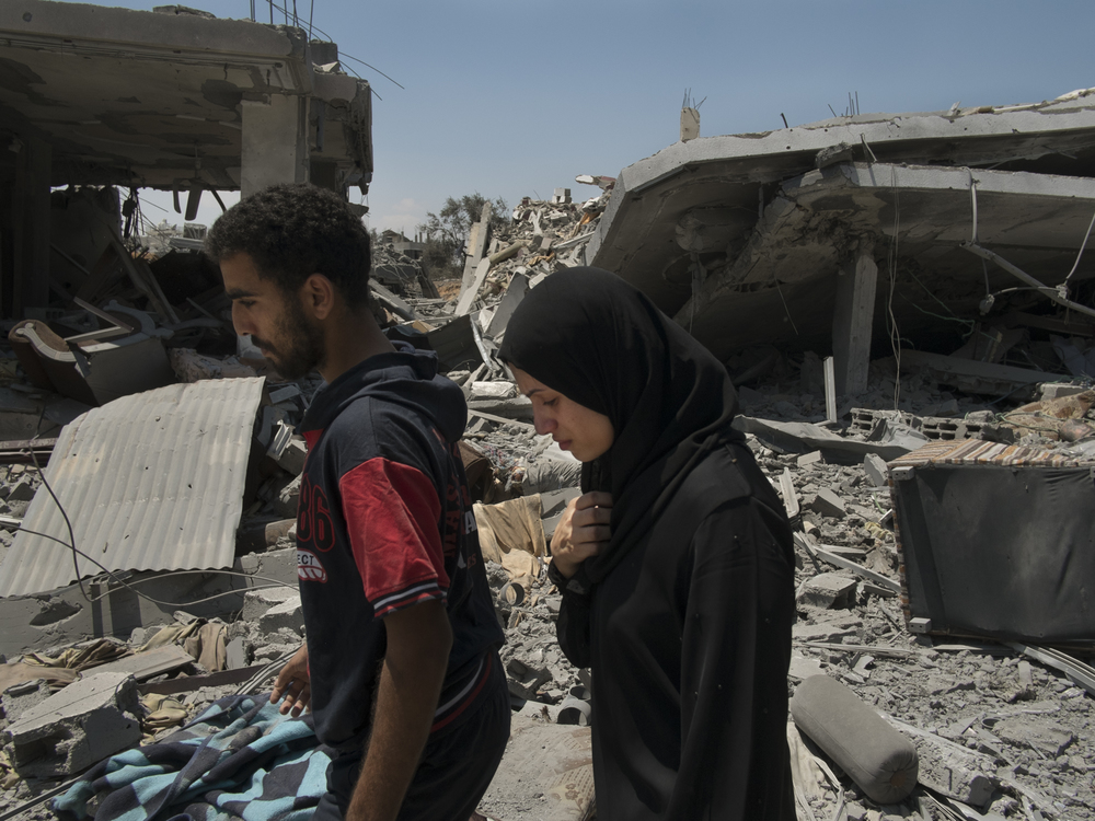During a day of ceasefire Palestininans go back to their demolished homes in  Shuja'iyya , Gaza City, July 26, 2014.