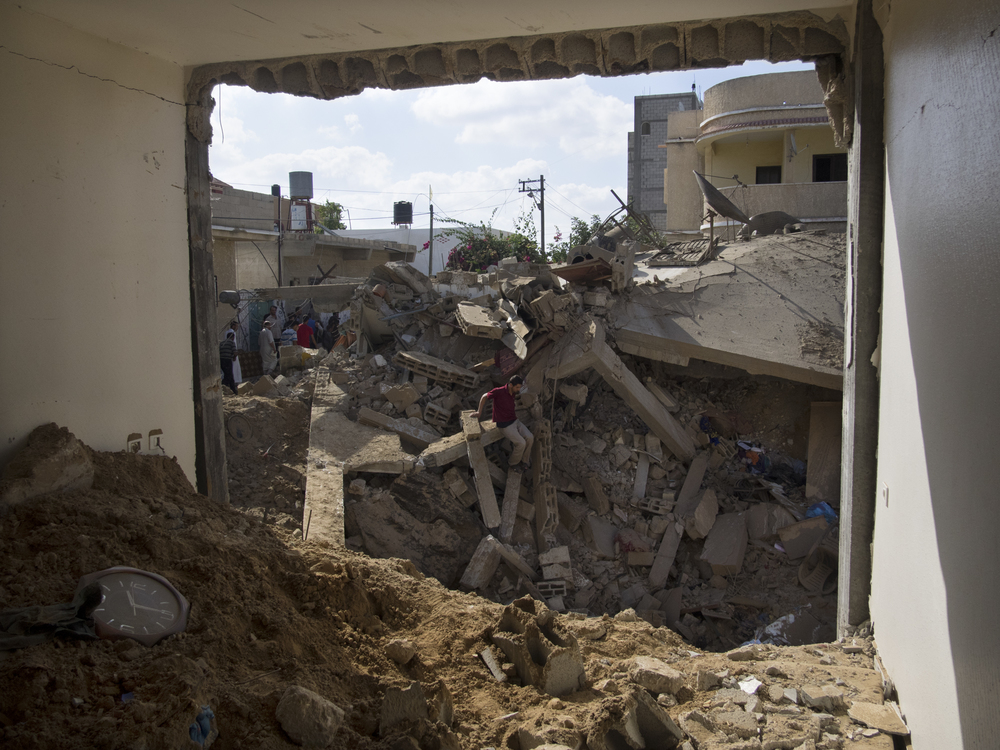 During a ceasefire  Palestinians return to their destroyed homes in Rafah to inspect the damage, July 26, 2014.