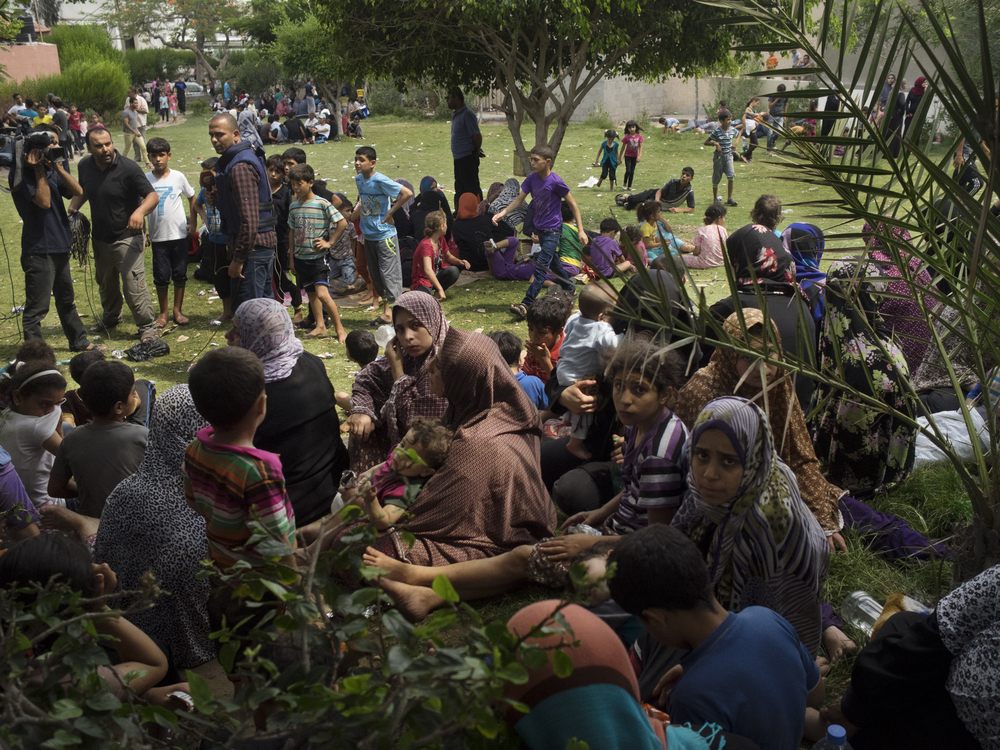 Palestinians look for shelter in a small park next to Gaza's main hospital, one of the few safe areas from Israeli strikes, Gaza City, July 20, 2014.