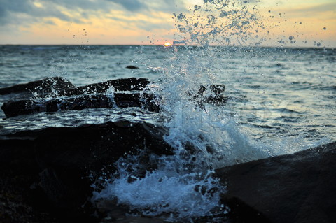 3359087-50667-splashing-wave-breaking-on-rocks.jpg
