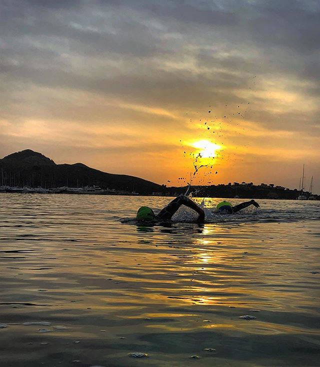Incredible start to the day. . .  Day 4 starting with a HR control set in the bay. Off to Petra next for an endurance ride with some SST towards the end. Then finally a run set - 800s. Big day but big rewards. . .  #precisioncoaching #huub #huubdesign #triathlon #trainingcamp #sunrise #sun #220gram