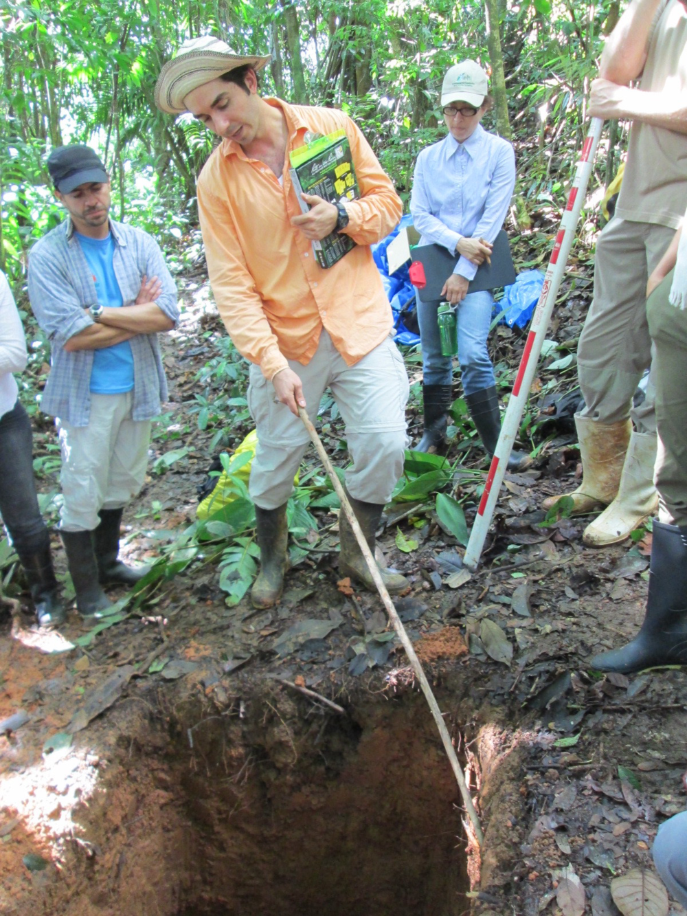 Instructor Jacob Slusser highlighting the characteristics of tropical soils during the forest ecology module of a forest restoration course (August 2013). Photo courtesy Saskia Santamaria.