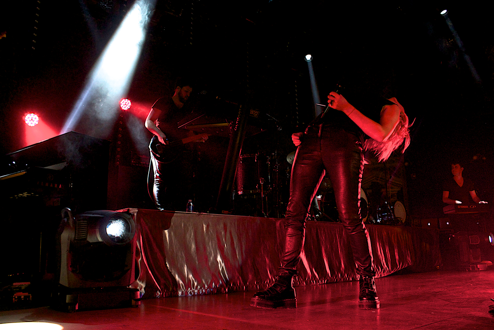 Ellie Goulding getting low (Photo Credit: Robert Castro)