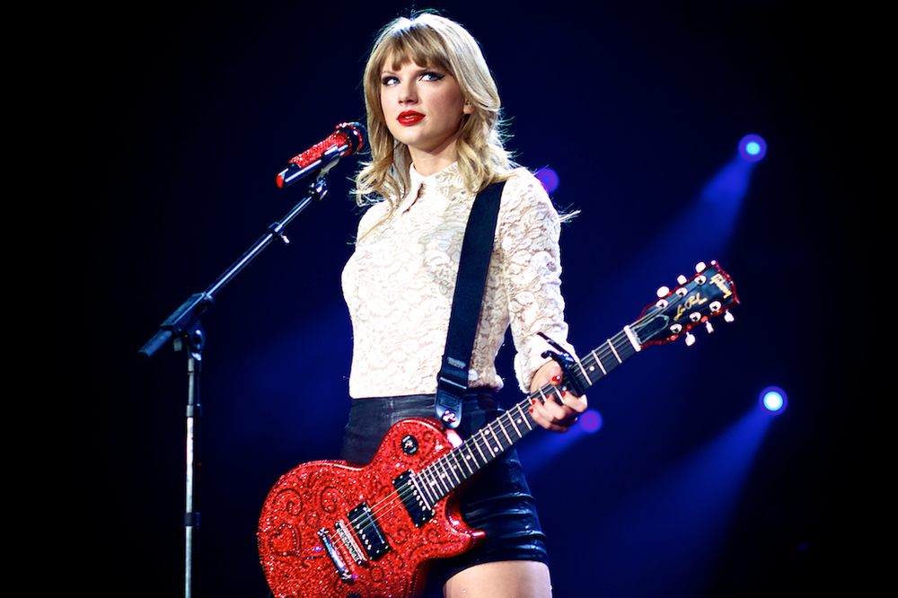 Taylor Swift gazing at the sold out Pepsi Center (Photo