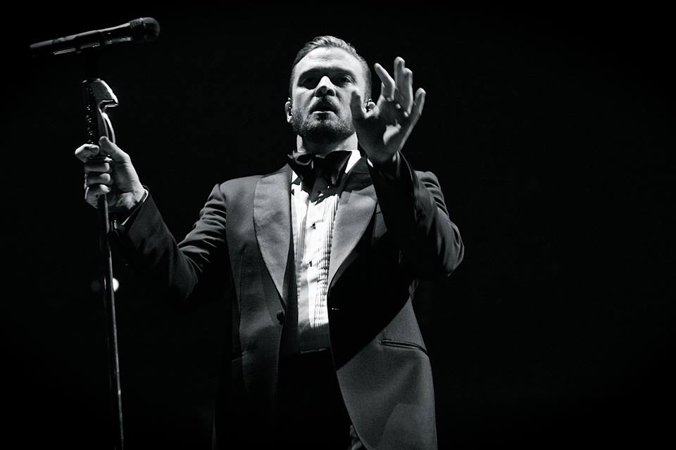Orchestrating an amazing performance, Justin Timberlake signals to the sold out Pepsi Center crowd. (Photo Credit: Robert Castro)