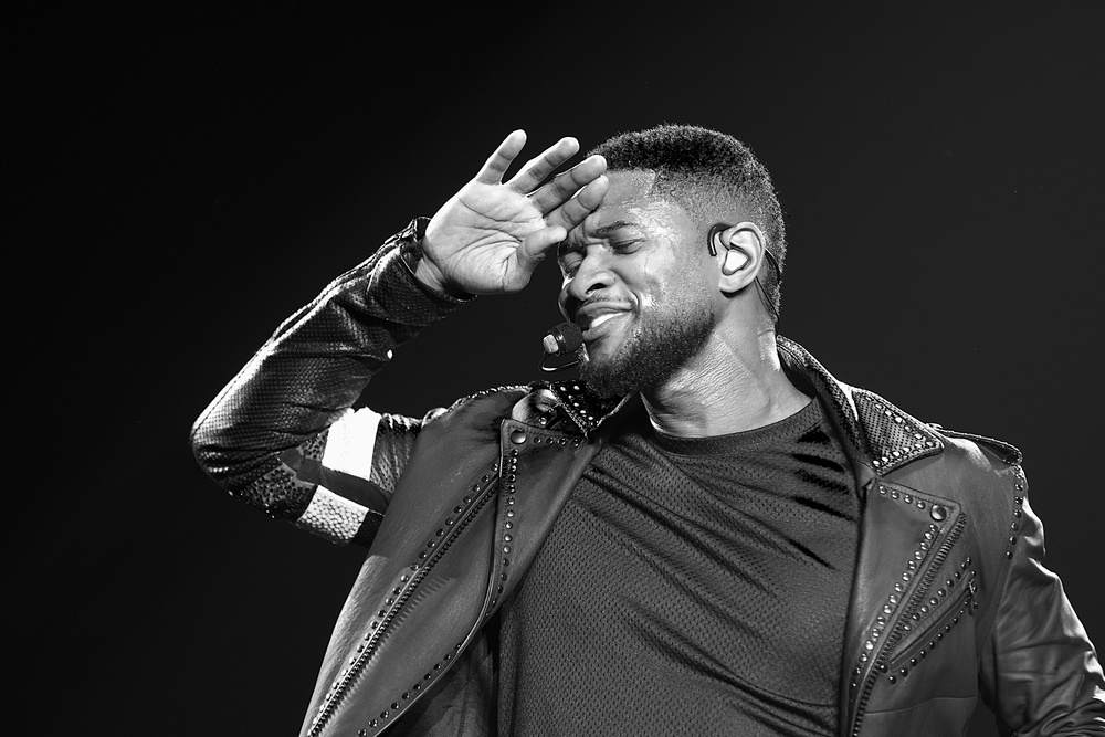 Usher giving the crowd a great performance. (Photo Credit: Robert Castro)