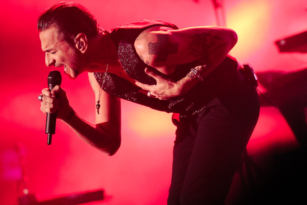 Dave Gahan belting out lyrics. (Photo Credit: Robert Castro)