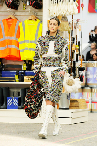 chanel-fall-winter-2014-15-ready-to-wear-look-00-ouverture.jpg
