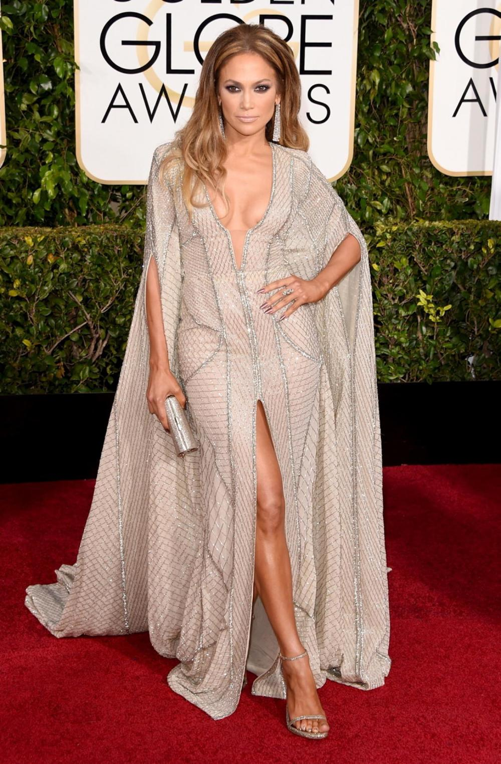 Jennifer Lopez in Zuhair Murad. I live for a cape dress. I could of done without the earrings and the heavy eye makeup. A pulled back pony tail and a beautiful diamond stud earring.