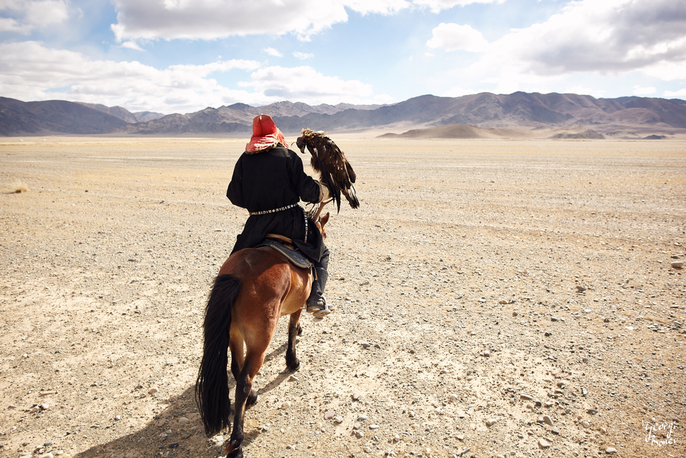 KAZAKH EAGLE HUNTER, ALTAI MOUNTAIN, MONGOLIA