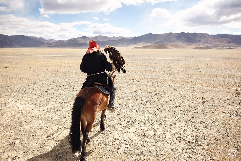 KAZAKH EAGLE HUNTER, ALTAI MOUNTAIN, MONGOLIA