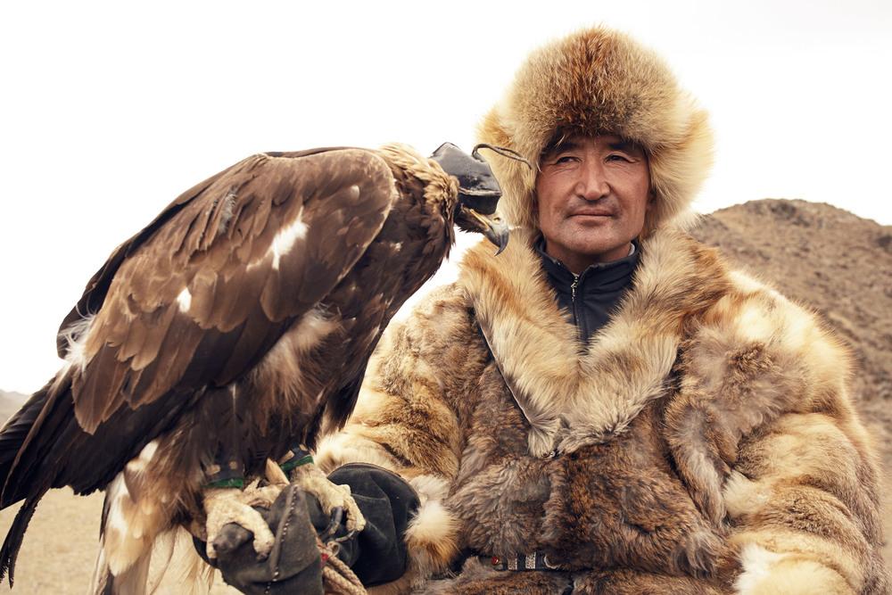KAZAKH HUNTER AND HIS GOLDEN EAGLE, ALTAI MOUNTAIN, MONGOLIA