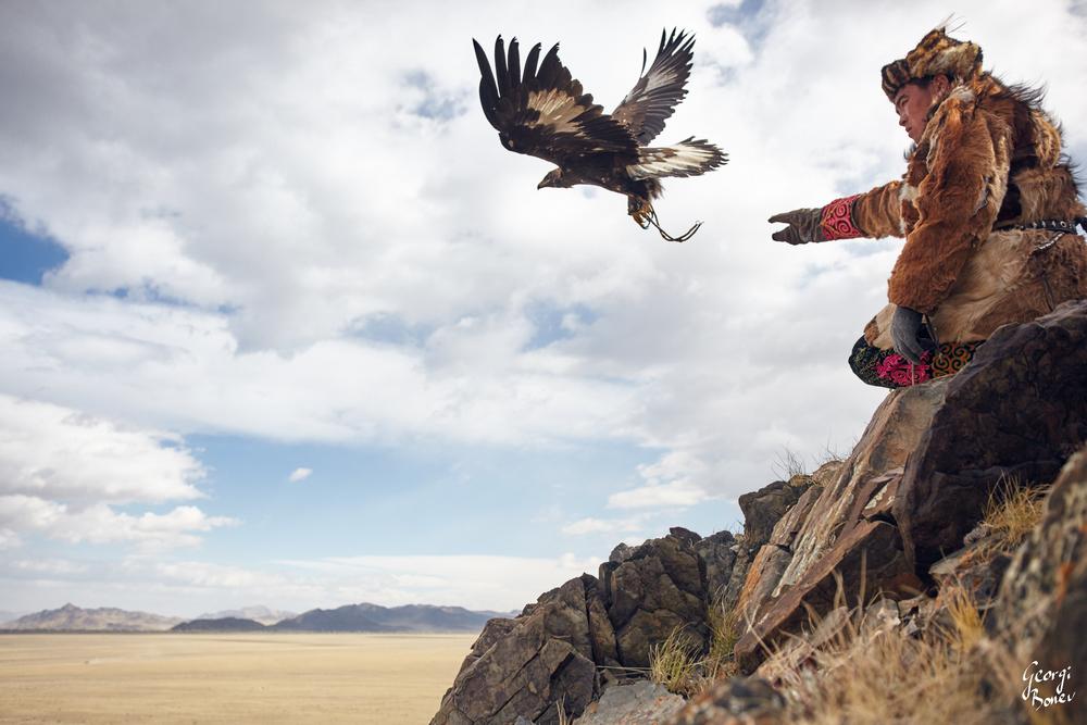 KAZAH HUNTER AND HIS GOLDEN EAGLE, ALTAI MOUNTAIN, MONGOLIA