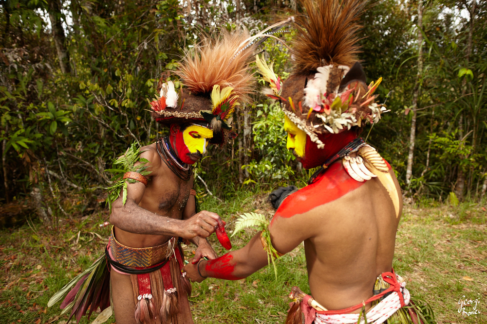 KAI & PETR DECORATING THEIR BODIES, HULI VILLAGE, PAPUA NEW GUINEA