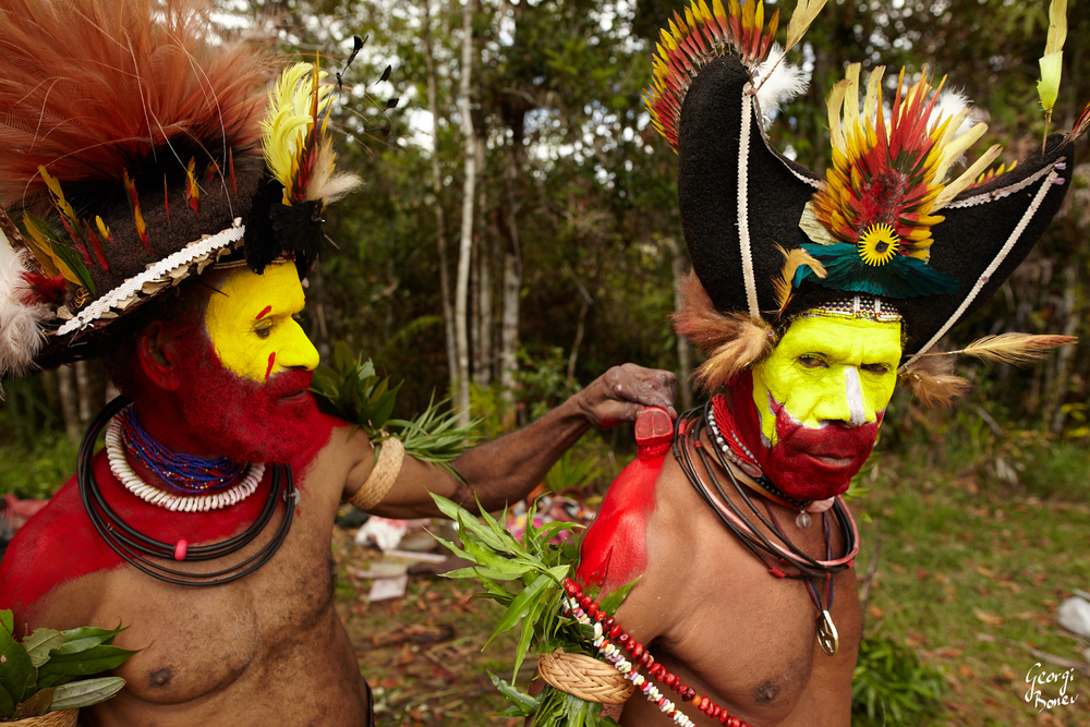 HETAPE & MONAGO DECORATE THEIR BODIES, HULI VILLAGE, PAPUA NEW GUINEA