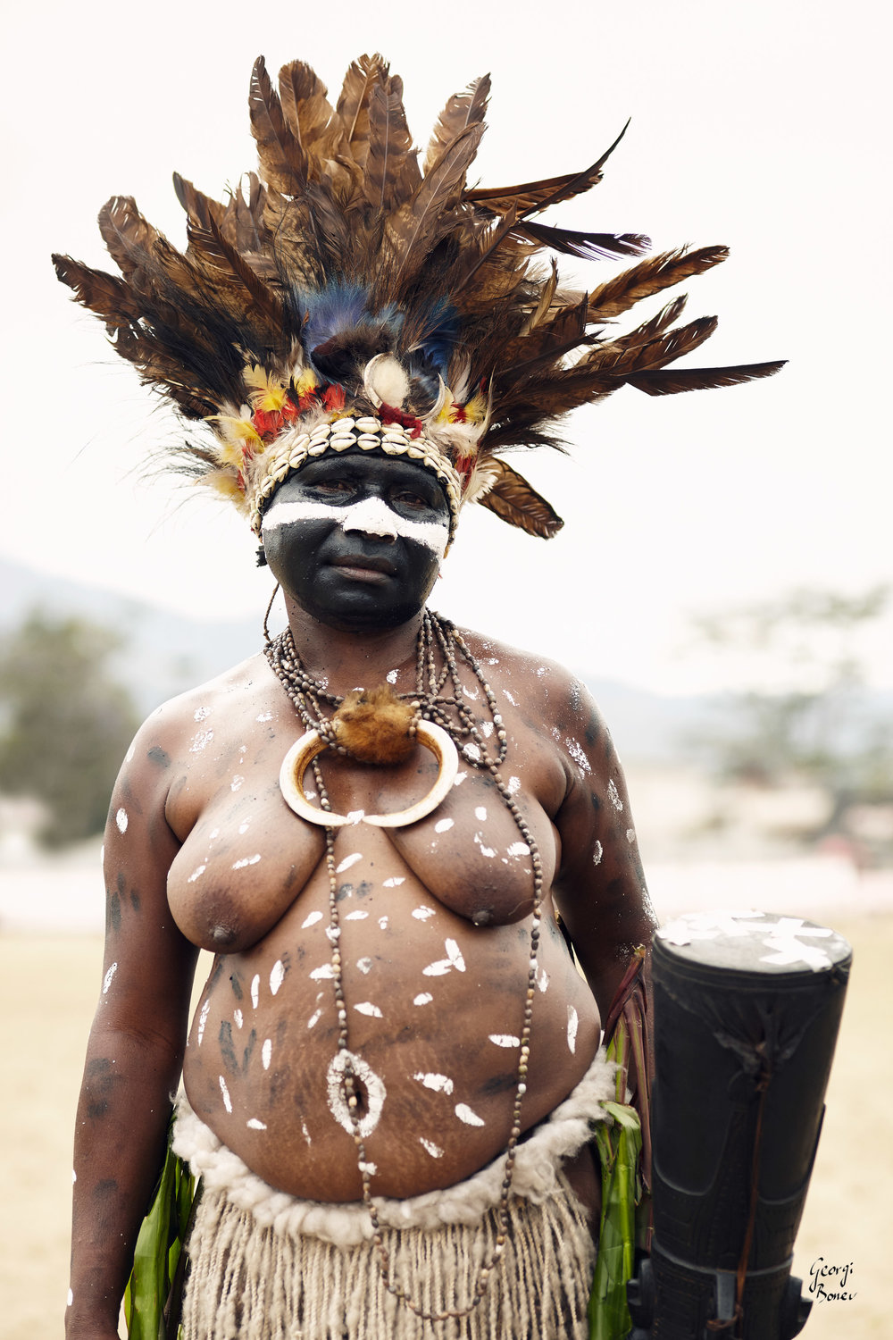 GILABAN WOMAN IN PAPUA NEW GUINEA