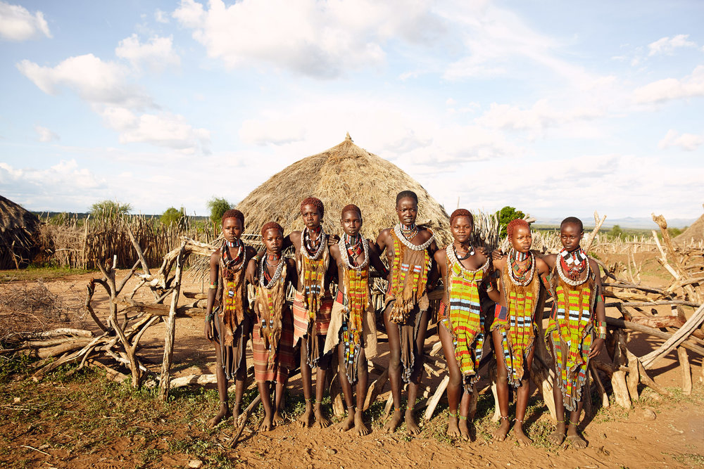 HAMAR GIRLD AT THE ENTRANCE OF THEIR VILLAGE IN LOWER OMO VALLEY, ETHIOPIA