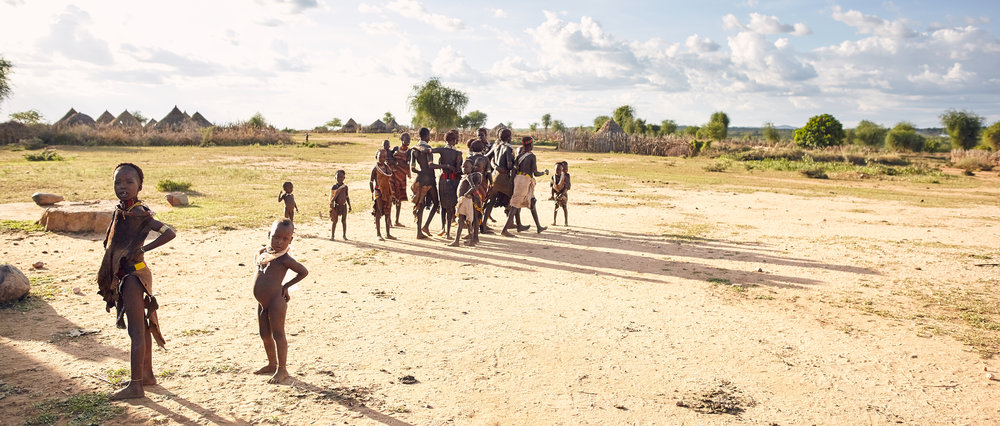 HAMAR KIDS NEAR THEIR VILLAGE IN LOWER OMO VALLEY, EHTIOPIA