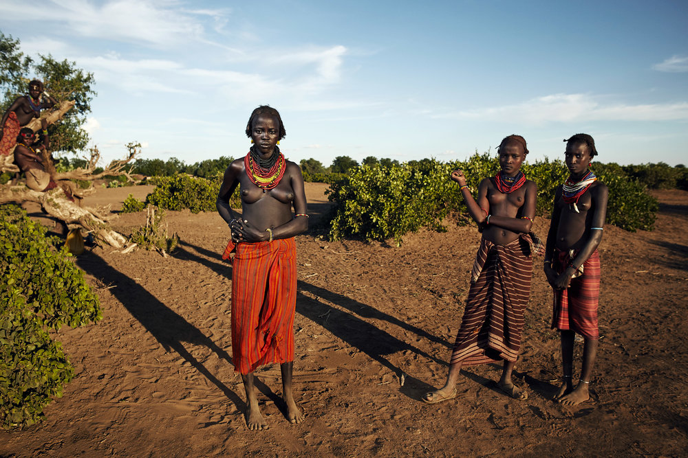 DAASANACH GIRLS FEEL CURIOUS ABOUT THE WORLD BEHIND THE OMO RIVER, ETHIOPIA