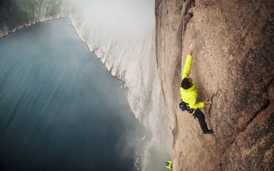 house-under-a-rock: Alex Honnold on a sea cliff in Devil's Bay, Newfoundland, Canada photo: Tim Kemple