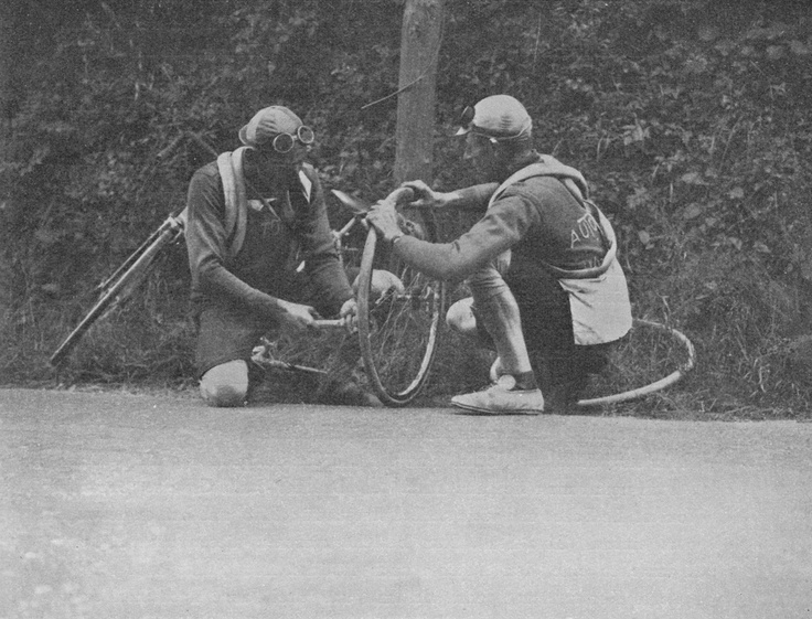classicvintagecycling :     Roadside repairs, 1920s.