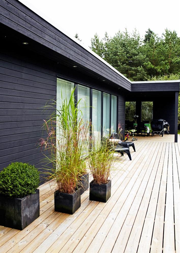 aros :      Des couleurs vives pour une maison en bois noir