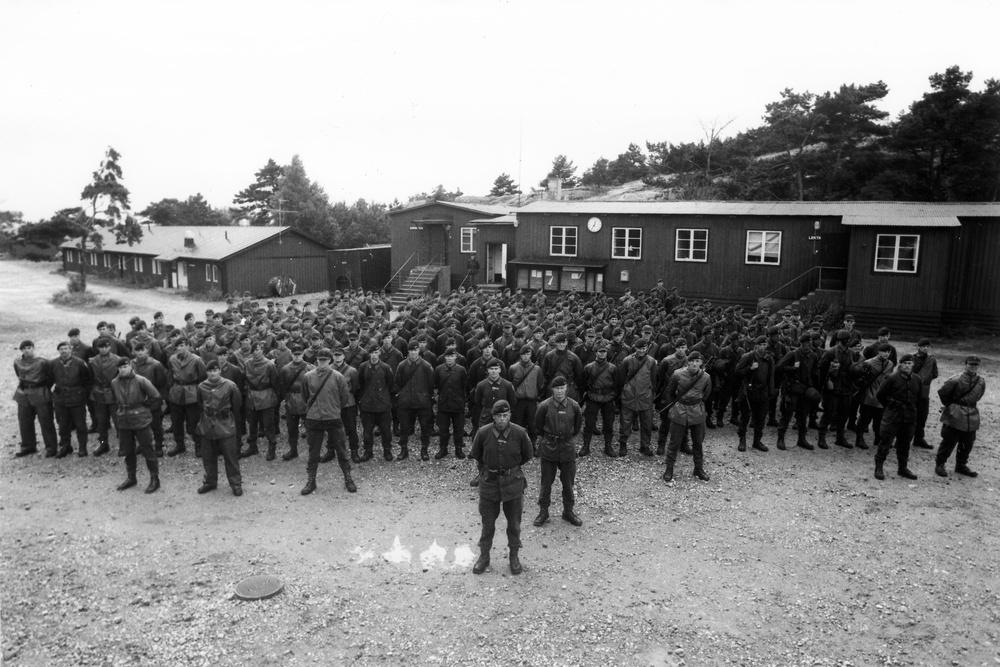 Grundutbildning 1985-1986    Längst fram framför avdelningen Claes-Göran Hedén, skolchef. Snett bakom till höger om honom, Ingemar Wemmenhög