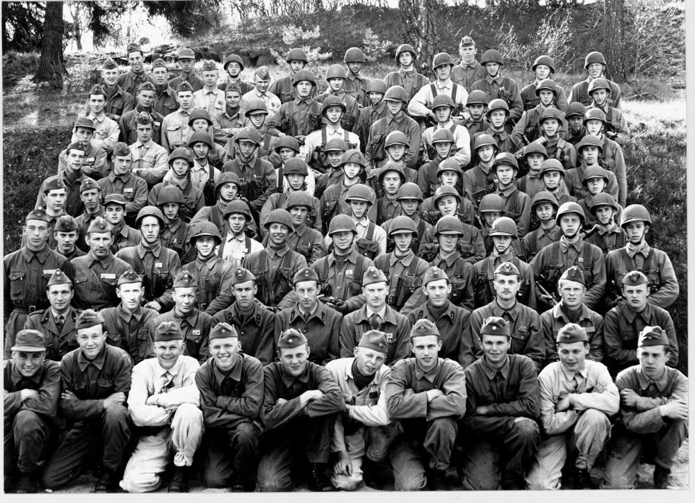 Grundutbildning 1959-1960 Sittande från vänster i andra raden: Herbert Johansson, Torsten Dahlén, Sven Hogevall, Jarl Wetterstrand, John Rodén, Åke Larsén, Sven Sandell, ..., Lars Wiklund. Stående från vänster i tredje raden: Martin Svensson, Bengt Kuoppala, Sven Persson.