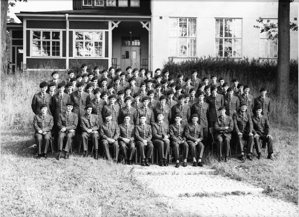 Grundutbildning 1966-1967 Sittande från vänster: ..., Lars Larsson, Nilsson, ..., Herbert Johansson, Bengt Molin, Torbjörn Ottosson, Sven Sandell, Sven Hogevall, Ingemar Wemmenhög, Kjell Axelsson, Janne Olsson
