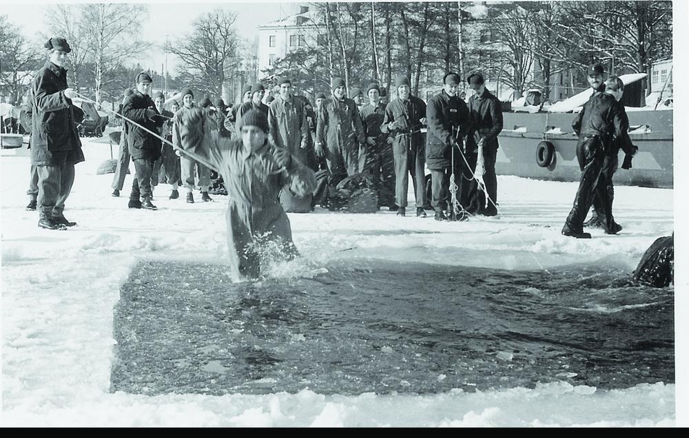 """Kj 75 Lundberg till höger """"där isen inte bär"""", serg Axelsson rusar strax till. Torsdag 6 februari 1969.Foto: Göran Lundberg"""