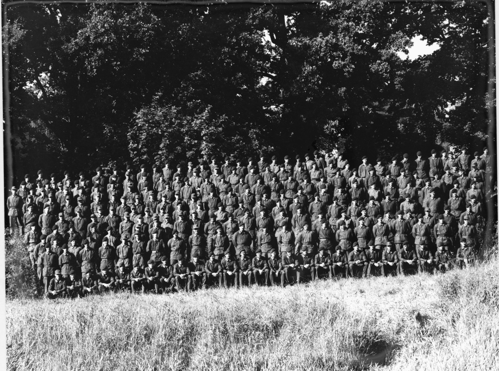 Grundutbildning 1981-1982 Från vänster i främre raden: ..., Magnerfeldt, Joninger, Svanborg, ..., ..., Mickelsson, ..., Lindberg, ..., Eriksson, Brissman, Strömgren, Werner, Blomdahl, Sörensson, Älfvåg, Bergström, Härdelin, Fant, ..., ..., Palmqvist, Alm, Hällqvist, Westkämper