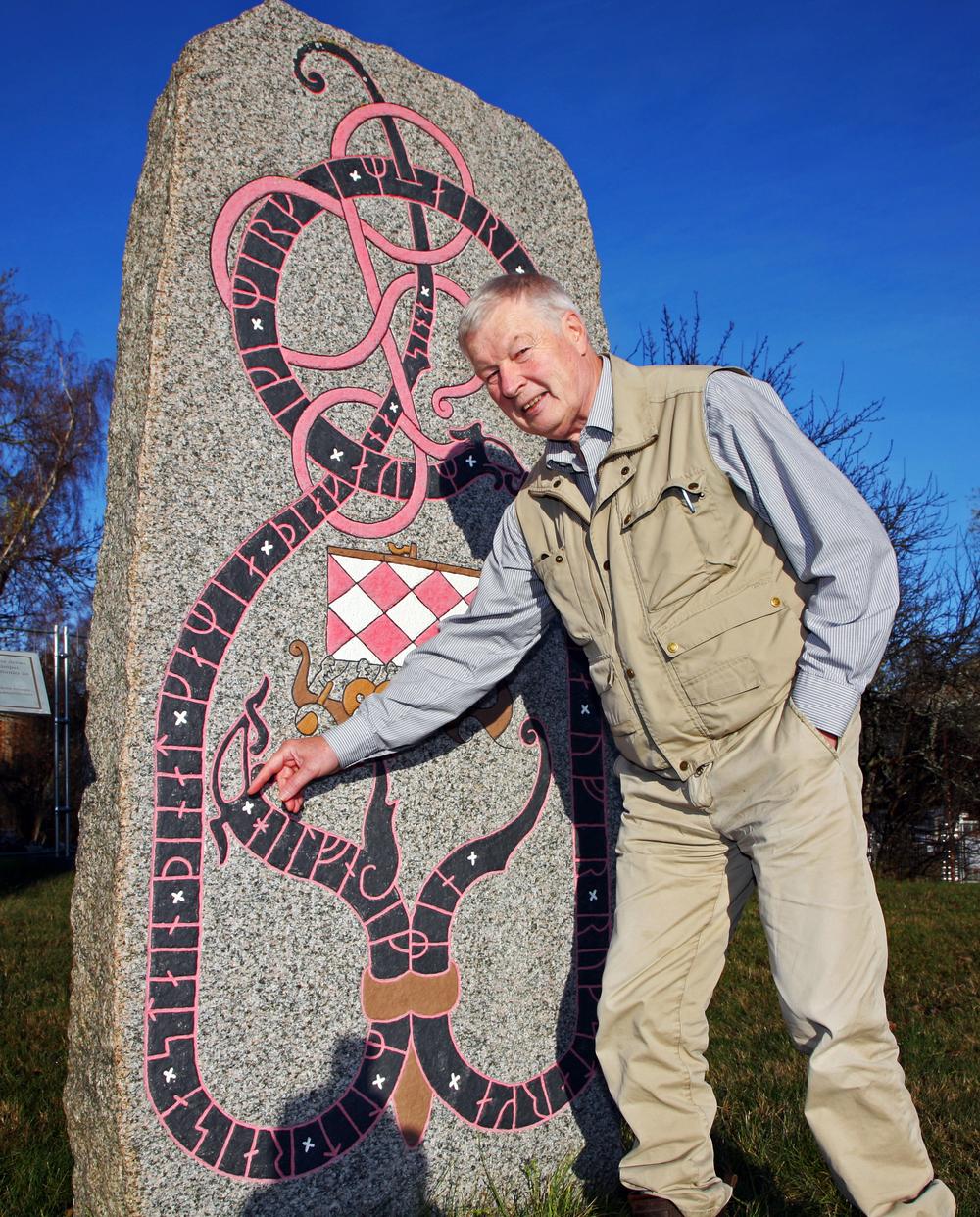 Ingemar Wemmenhög har ristat runstenen som skänktes av Sällskapet Kustjägarveteranerna i samband med kustartilleriets 100-års jubileum. Stenen står på Rindö.