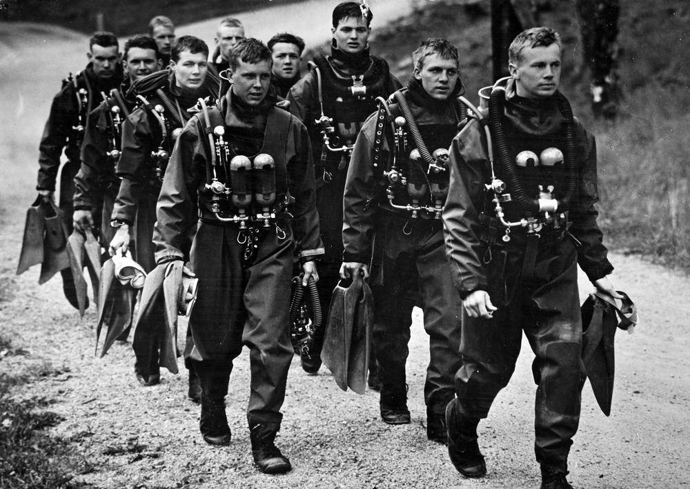 Adyktroppen (Wemmenhög andra man framifrån i vänster led) år 1961 i april, på hemväg från första utomhusdyket vid Trälhavsbadet i höjd med övre verket. Ledda av PCS:aren korpral Leif Skantze. Foto: privat