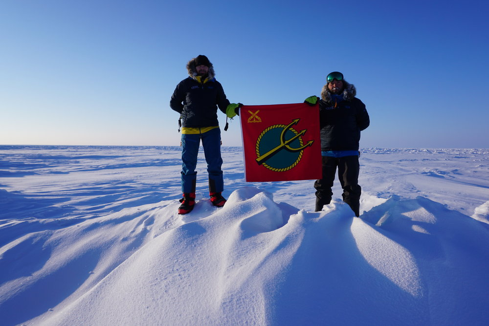 Johan och Mikael Karlsson med KJVs fana på nordpolen