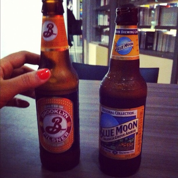 Brooklyn Pilsner y Blue Moon Valencia Grove Amber vía @lillyburgos en Instagram