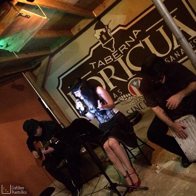 Ambiente musical en el 2do aniversario de la Taberna Boricua