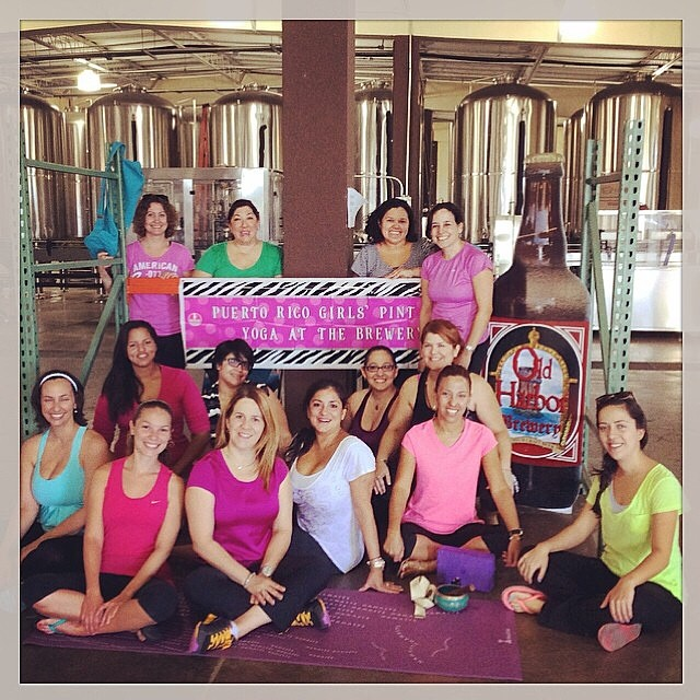 Yoga y cerveza artesanal en el Girls' Pint Out Yoga en Old Harbor Brewery