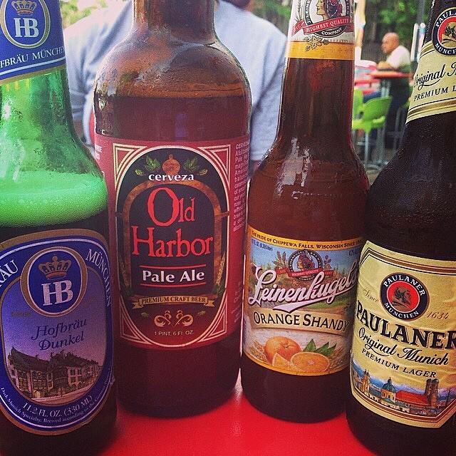 Hofbräu Dunkel, Old Harbor Pale Ale, Leinenkugel's Orange Shandy y Paulaner Premium lager vía @wtfpuertorico en Instagram