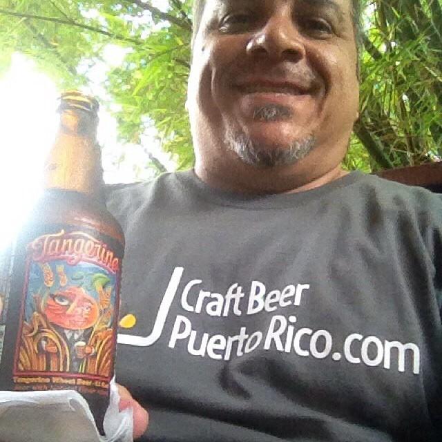 @zeugly_elfeo con su camisa de Craft Beer PR y una Tangerine de Lost Coast