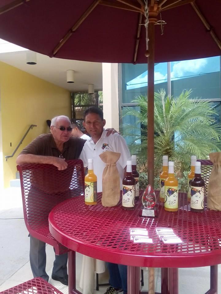 Foto: Sangría La Lola - Johnny Alvarez (derecha), creador de la Sangría La Lola, en El Café de la Lola