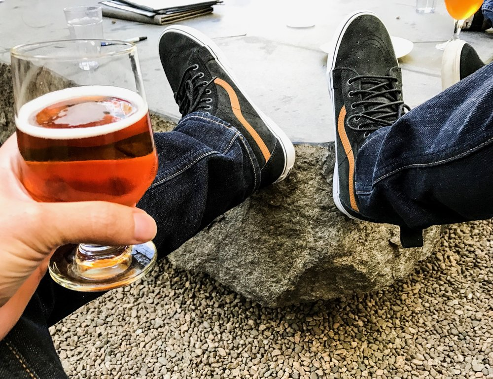 Descansando con una Enjoy By 02.14.2017 en Stone Brewing, San Diego