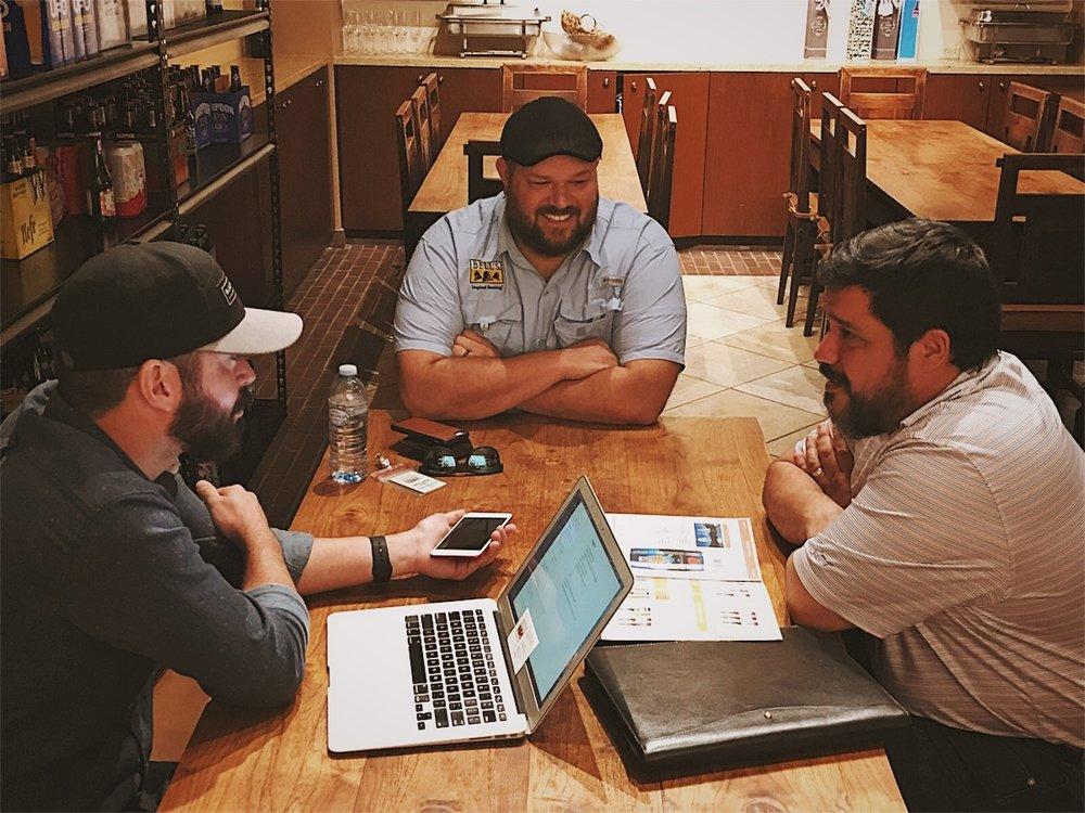 De izquierda a derecha: Gustavo Franceschini de Craft Beer Generation,Dustin Walker de Bell's Brewery y José Maldonado de Ballester Hermanos.